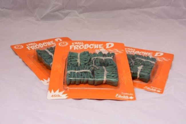 dieses Bild zeigt grüne Knallkörper sogenannte Knallfrösche