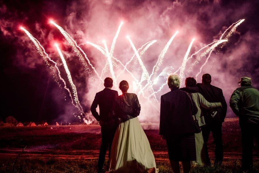 eine Hochzeitsgesellschaft die das Hochzeitsfeuerwerk bestaunt