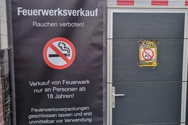 Ein Bild das den Eingang zu einem Feuerwerksverkauf zeigt