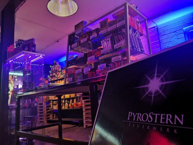 Ein Bild die bunte Szenerie in einem Feuerwerksverkauf zeigt