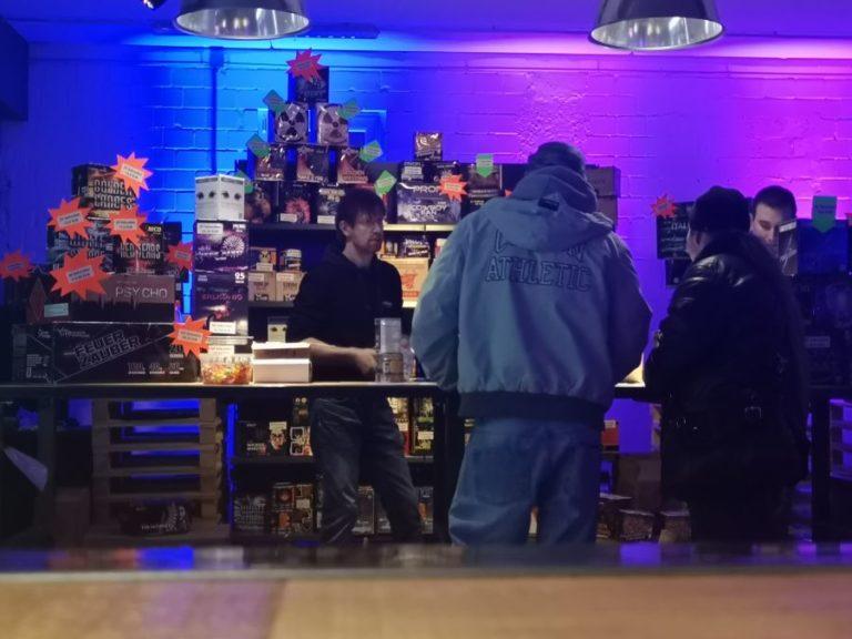 Ein Bild das Kunden in einem Feuerwerksverkauf zeigt