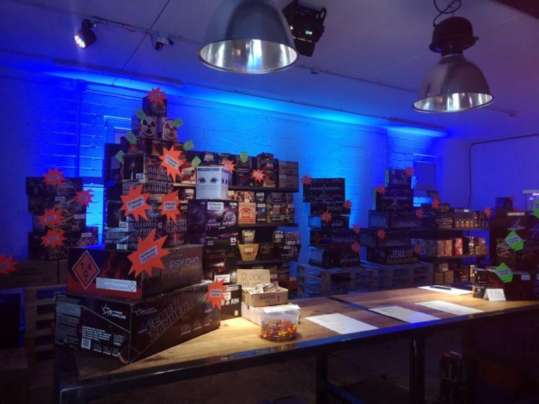 Ein Bild das viele Feuerwerksartikel in einem Feuerwerksverkauf zeigt