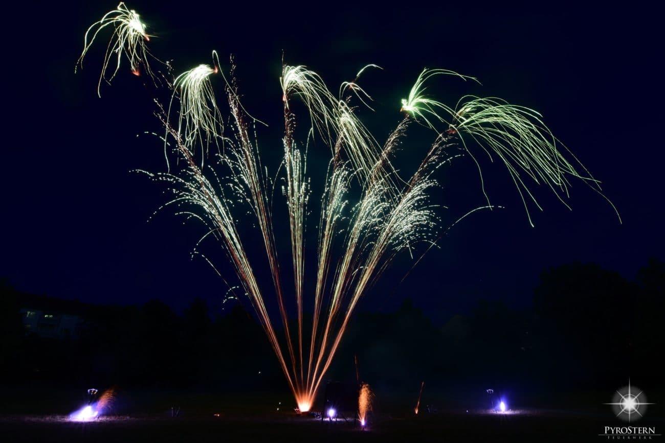 Feuerwerk in verschiedenen Farben und romantischer Anordnung
