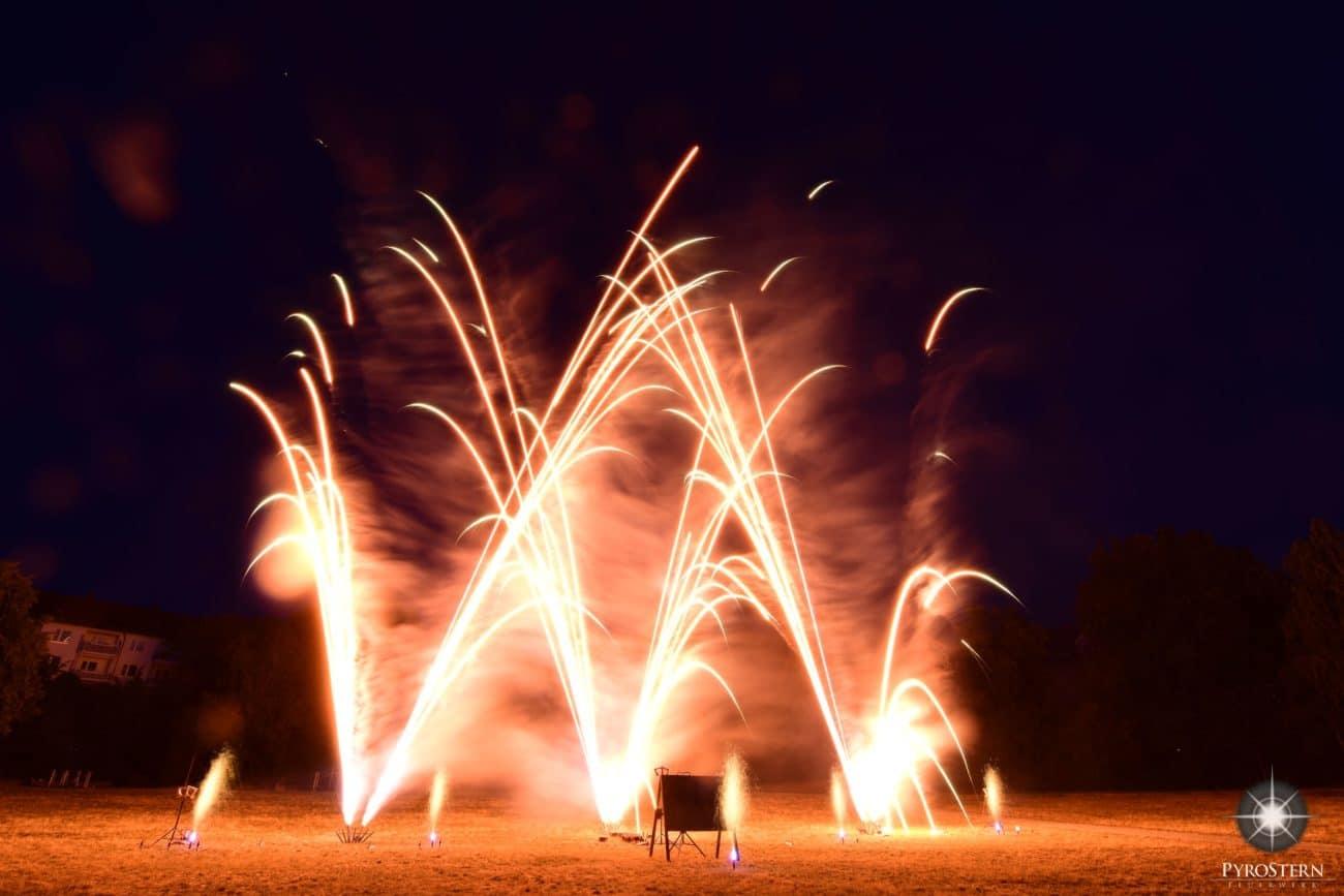 Feuerwerk aus goldgelb tanzenden Sternen
