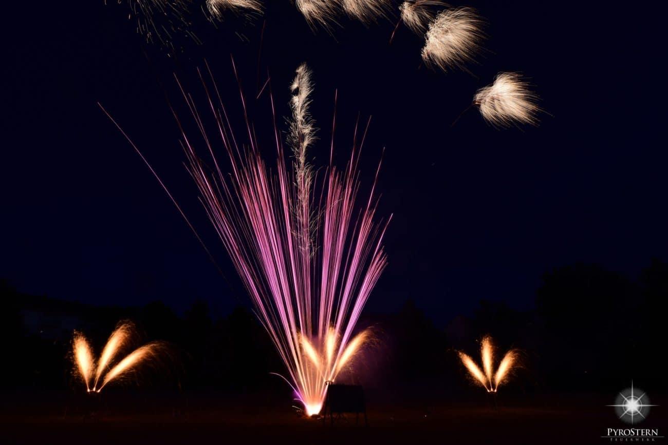Vulkanfächer zeigen ein romatisches Feuerwerk