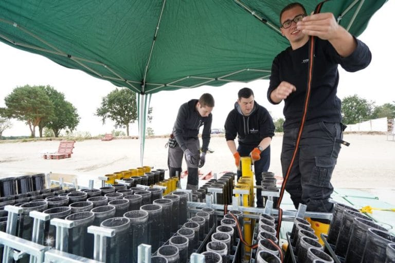 Abschussvorrichtungen für das Musikfeuerwerk am Tankumsee werden vorbereitet
