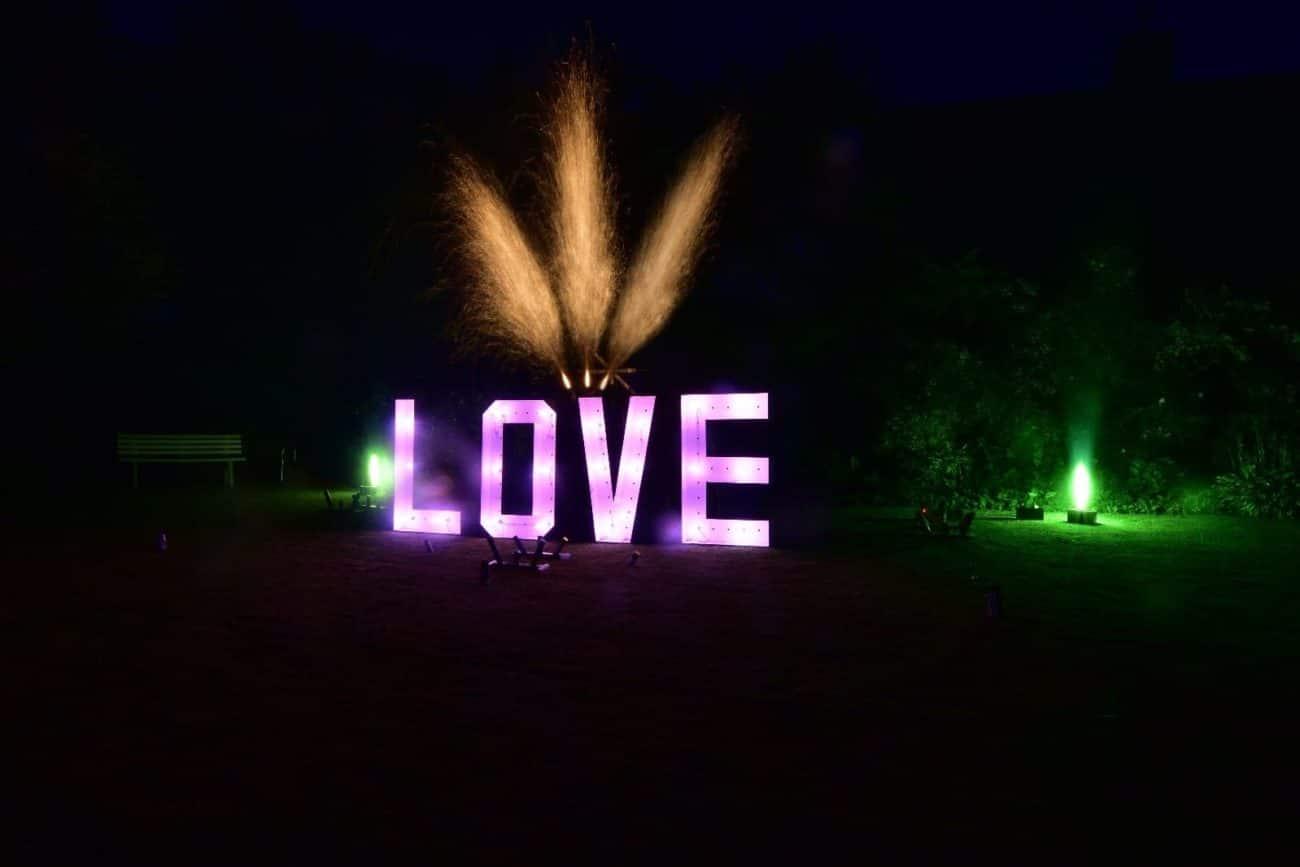 Ein Feuerwerks Lichtbild dass die Buchstaben LOVE zeigt