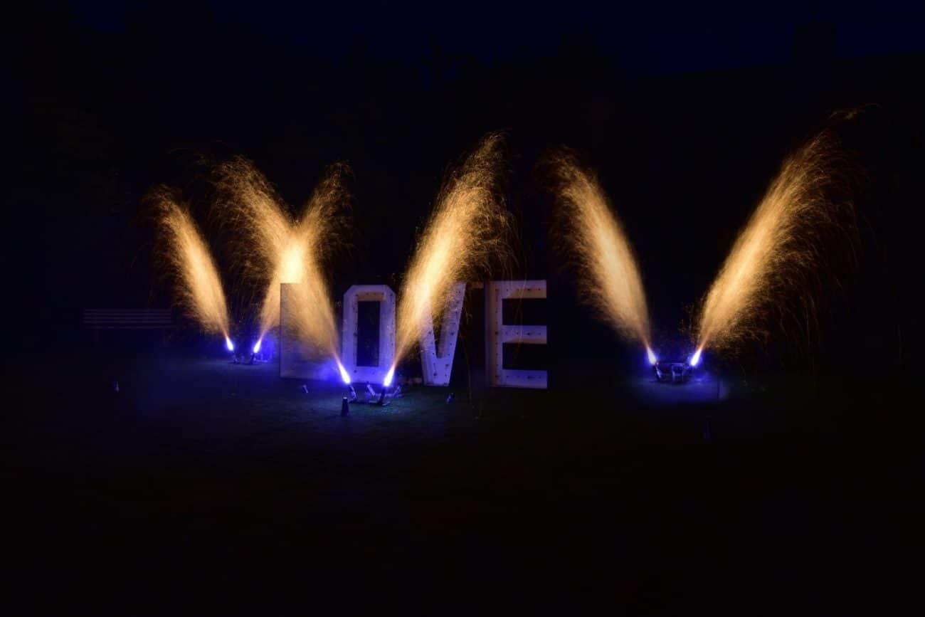 Lichtbild Love - hier sind Fontänen davor zu sehen