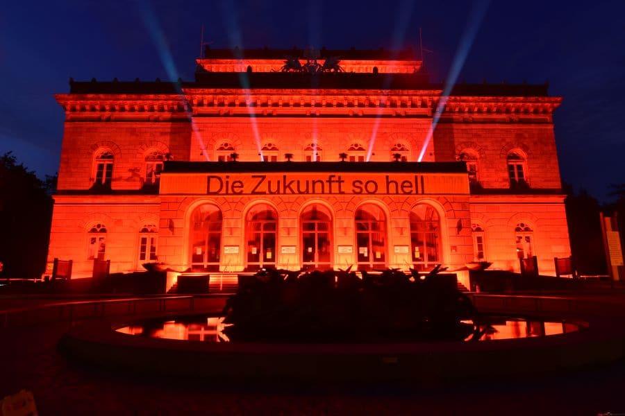Night of Light 2021 mit dem Staatstheater Braunschweig. Beleuchtet mit satt roten Bengalfackeln
