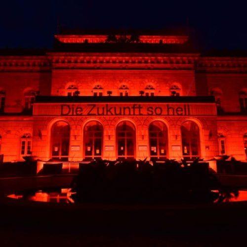 Staatstheater Braunschweig wird mit Bengalos rot beleuchtet